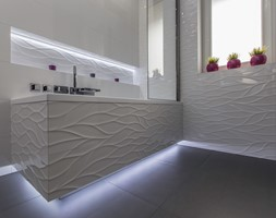 Łazienka Rumia - Mała biała łazienka na poddaszu w bloku w domu jednorodzinnym z oknem - zdjęcie od Mika Szymkowiak Fotografia
