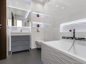 Łazienka Rumia - Średnia biała łazienka w bloku w domu jednorodzinnym z oknem - zdjęcie od Mika Szymkowiak Fotografia