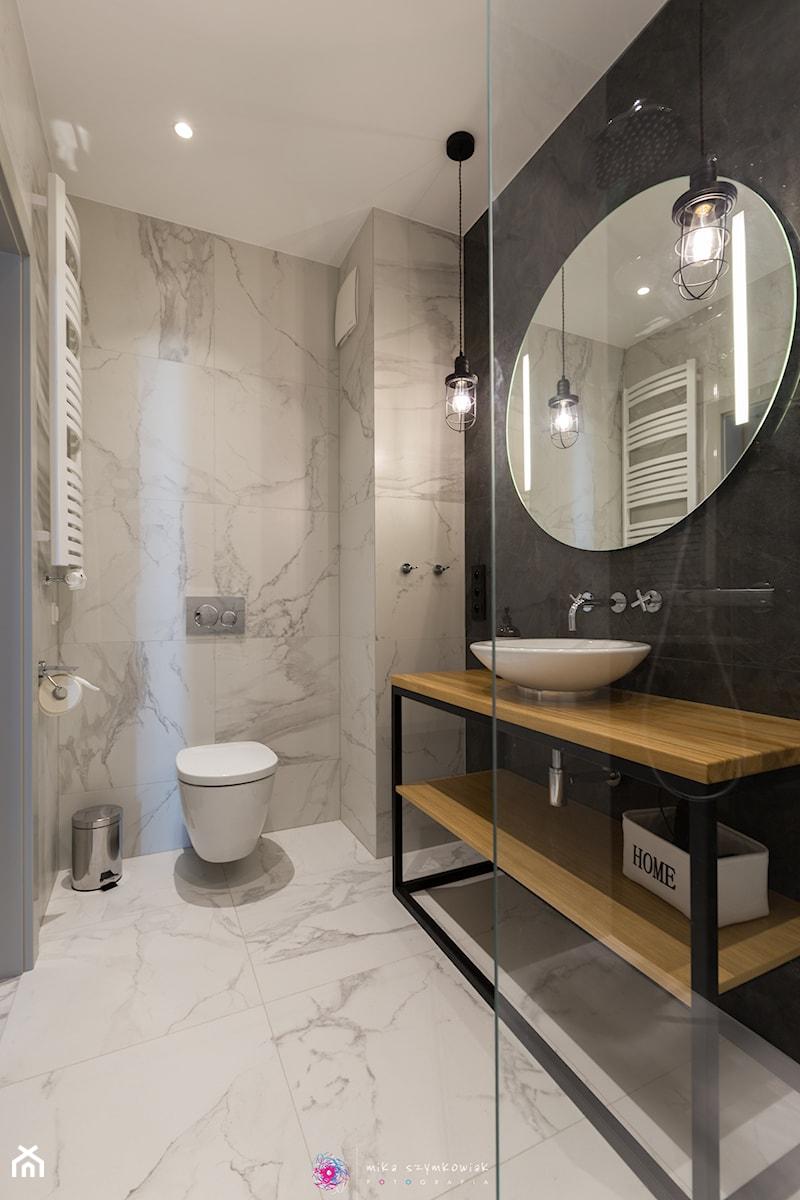 Apartament Gdańsk Motława - Średnia biała czarna łazienka bez okna - zdjęcie od Mika Szymkowiak Fotografia