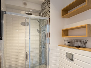 Chmielna, Gdańsk - Mała biała łazienka na poddaszu w bloku w domu jednorodzinnym bez okna - zdjęcie od Mika Szymkowiak Fotografia