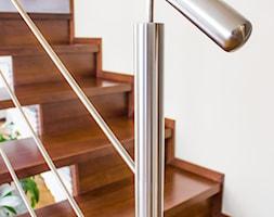 Drewniane+stopnie+i+nierdzewna+balustrada+-+zdj%C4%99cie+od+BUDINOX+Schody+i+Balustrady