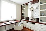 drewniane biurko, biały fotel, biały regał, podłoga z ciemnego drewna