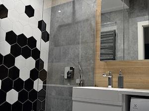 Łazienka - Mała biała czarna szara łazienka na poddaszu w bloku w domu jednorodzinnym bez okna - zdjęcie od Tomasz Ziętara