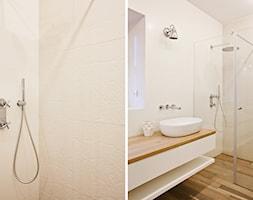 Ursynów - Średnia beżowa łazienka z oknem - zdjęcie od Qbik Design - Homebook