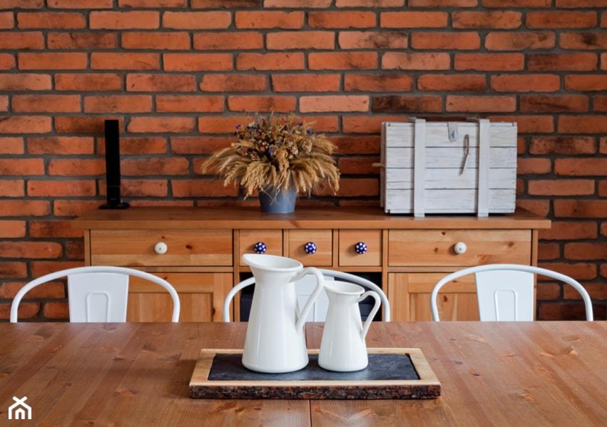 Aranżacje wnętrz - Jadalnia: Ursynów - Średnia otwarta brązowa jadalnia w salonie - Qbik Design. Przeglądaj, dodawaj i zapisuj najlepsze zdjęcia, pomysły i inspiracje designerskie. W bazie mamy już prawie milion fotografii!