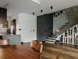 Ożarów Mazowiecki - Duży biały czarny salon z kuchnią z jadalnią - zdjęcie od Qbik Design