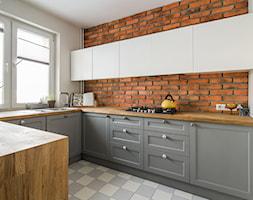 Puszczyka - Średnia otwarta biała kuchnia w kształcie litery u w aneksie, styl eklektyczny - zdjęcie od Qbik Design