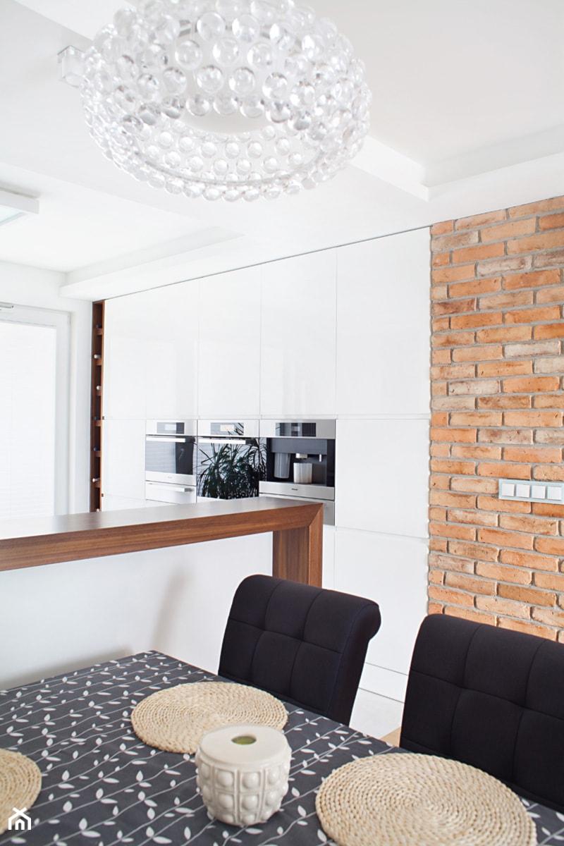 Aranżacje wnętrz - Jadalnia: Spokojna Praga - Qbik Design. Przeglądaj, dodawaj i zapisuj najlepsze zdjęcia, pomysły i inspiracje designerskie. W bazie mamy już prawie milion fotografii!