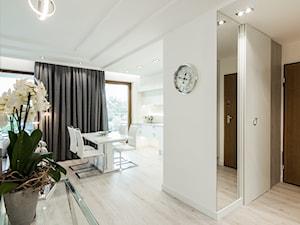 LUSTRZANY BLASK - Średni biały hol / przedpokój, styl nowoczesny - zdjęcie od studio wnętrz URBAN-DESIGN