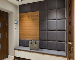 Elegancki dom w barwach ziemi - Średni beżowy szary hol / przedpokój, styl nowoczesny - zdjęcie od studio wnętrz URBAN-DESIGN