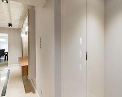 Elegancki dom w barwach ziemi - Mały szary hol / przedpokój, styl nowoczesny - zdjęcie od studio wnętrz URBAN-DESIGN