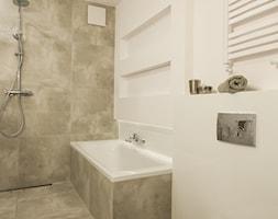 PORT PRASKI W ODCIENIU SZAROŚCI - Średnia beżowa łazienka w bloku w domu jednorodzinnym bez okna - zdjęcie od studio wnętrz URBAN-DESIGN
