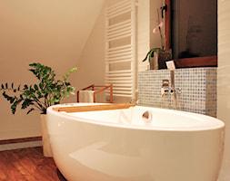 sypialnia z otwartą łazienką - Średnia beżowa kolorowa łazienka w domu jednorodzinnym z oknem, styl nowoczesny - zdjęcie od AS DESIGN