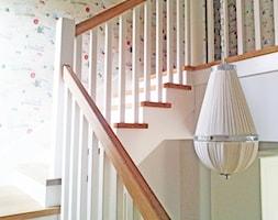 Dom w Konstancinie - Średnie wąskie schody dwubiegowe drewniane, styl kolonialny - zdjęcie od Anyform