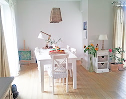 Dom w Konstancinie - Średnia otwarta szara jadalnia w salonie, styl kolonialny - zdjęcie od Anyform