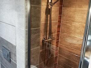Metamorfoza kuchni i łazienki - Mała brązowa szara łazienka w bloku w domu jednorodzinnym bez okna - zdjęcie od pawel-jaroszkiewicz