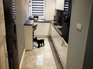 Metamorfoza kuchni i łazienki - Mała zamknięta wąska biała szara kuchnia w kształcie litery l z oknem - zdjęcie od pawel-jaroszkiewicz