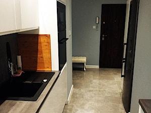 Metamorfoza kuchni i łazienki - Mała otwarta wąska biała szara kuchnia dwurzędowa - zdjęcie od pawel-jaroszkiewicz