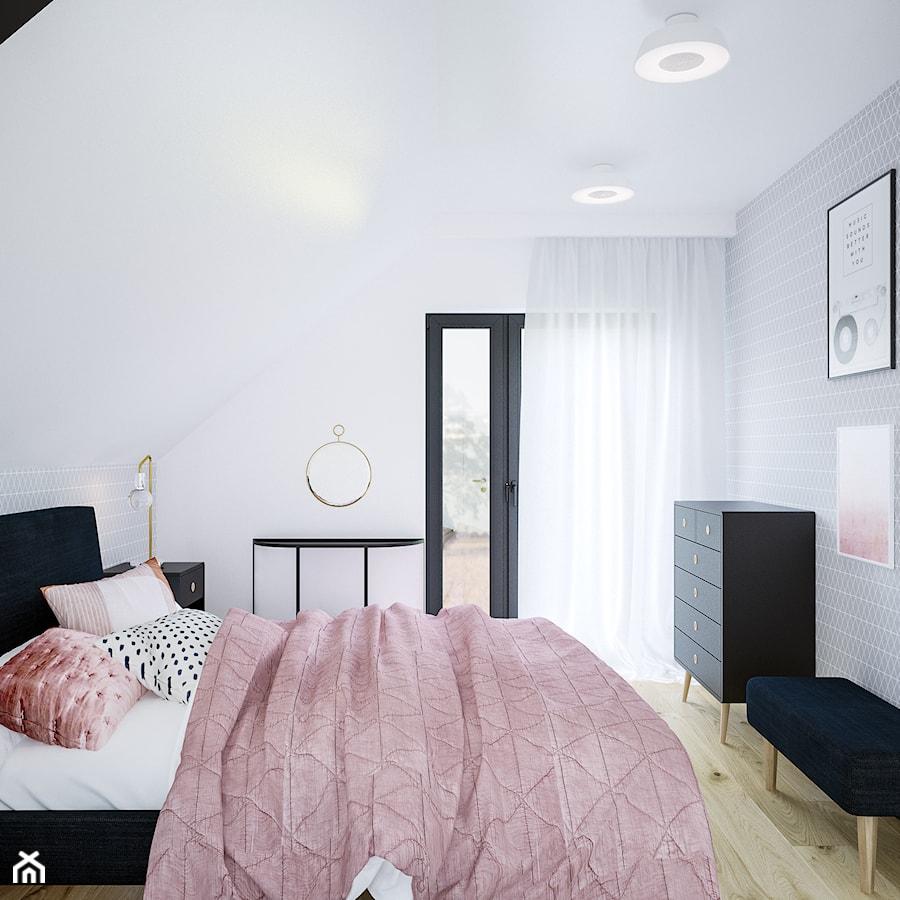 Dom na skale Głuchołazy - Średnia biała sypialnia małżeńska na poddaszu z balkonem / tarasem, styl skandynawski - zdjęcie od Studio projektowania wnętrz''Studio Aranżacji''