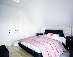 Dom na skale Głuchołazy - Średnia biała sypialnia małżeńska na poddaszu, styl skandynawski - zdjęcie od Studio projektowania wnętrz''Studio Aranżacji''