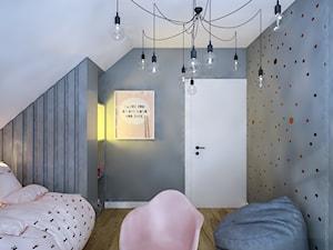 Dom na skale Głuchołazy - Mały biały szary pokój dziecka dla dziewczynki dla malucha, styl skandynawski - zdjęcie od Studio projektowania wnętrz''Studio Aranżacji''