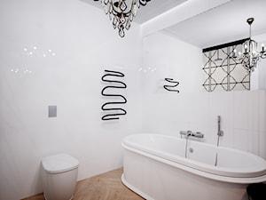 Na Starym mieście - Mała biała łazienka w bloku w domu jednorodzinnym bez okna, styl klasyczny - zdjęcie od Studio projektowania wnętrz''Studio Aranżacji''