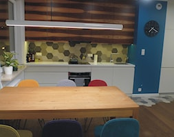 Bielany - Mała niebieska żółta kuchnia jednorzędowa w aneksie, styl nowoczesny - zdjęcie od KLEMART