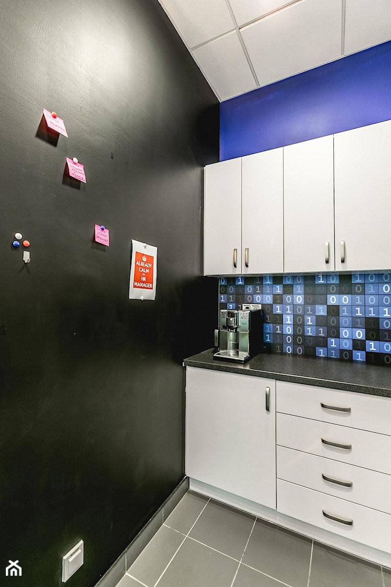 Aranżacje wnętrz - Biuro: Przestrzeń biurowa Edge One Solutions - Warszawa - Małe czarne niebieskie biuro kącik do pracy, styl nowoczesny - SCALA DESIGN . Przeglądaj, dodawaj i zapisuj najlepsze zdjęcia, pomysły i inspiracje designerskie. W bazie mamy już prawie milion fotografii!