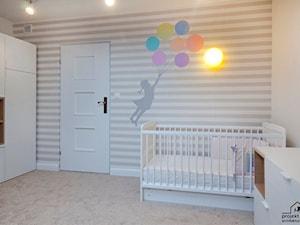 Pokój Małej Poli - Średni biały beżowy pokój dziecka dla chłopca dla dziewczynki dla niemowlaka dla malucha, styl nowoczesny - zdjęcie od PROJEKTwNET - Architektura&Wnętrza