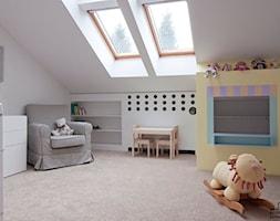 Pokój Małej Poli - Średni biały szary żółty pokój dziecka dla chłopca dla dziewczynki dla niemowlaka dla malucha, styl nowoczesny - zdjęcie od PROJEKTwNET - Architektura&Wnętrza