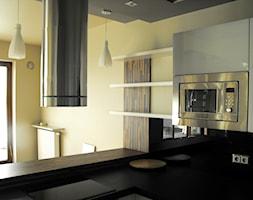 Mała otwarta żółta kuchnia w kształcie litery l w aneksie z oknem - zdjęcie od blumont.pl