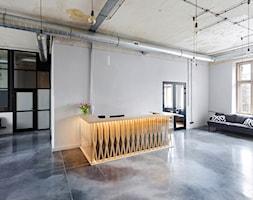 MIŁO POSTPRODUKCJA - Duże szare biuro pracownia w pokoju, styl industrialny - zdjęcie od Five Cell