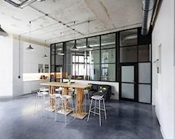 MIŁO POSTPRODUKCJA - Duże białe biuro pracownia w pokoju, styl industrialny - zdjęcie od Five Cell