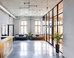 MIŁO POSTPRODUKCJA - Duże białe biuro pracownia, styl industrialny - zdjęcie od Five Cell