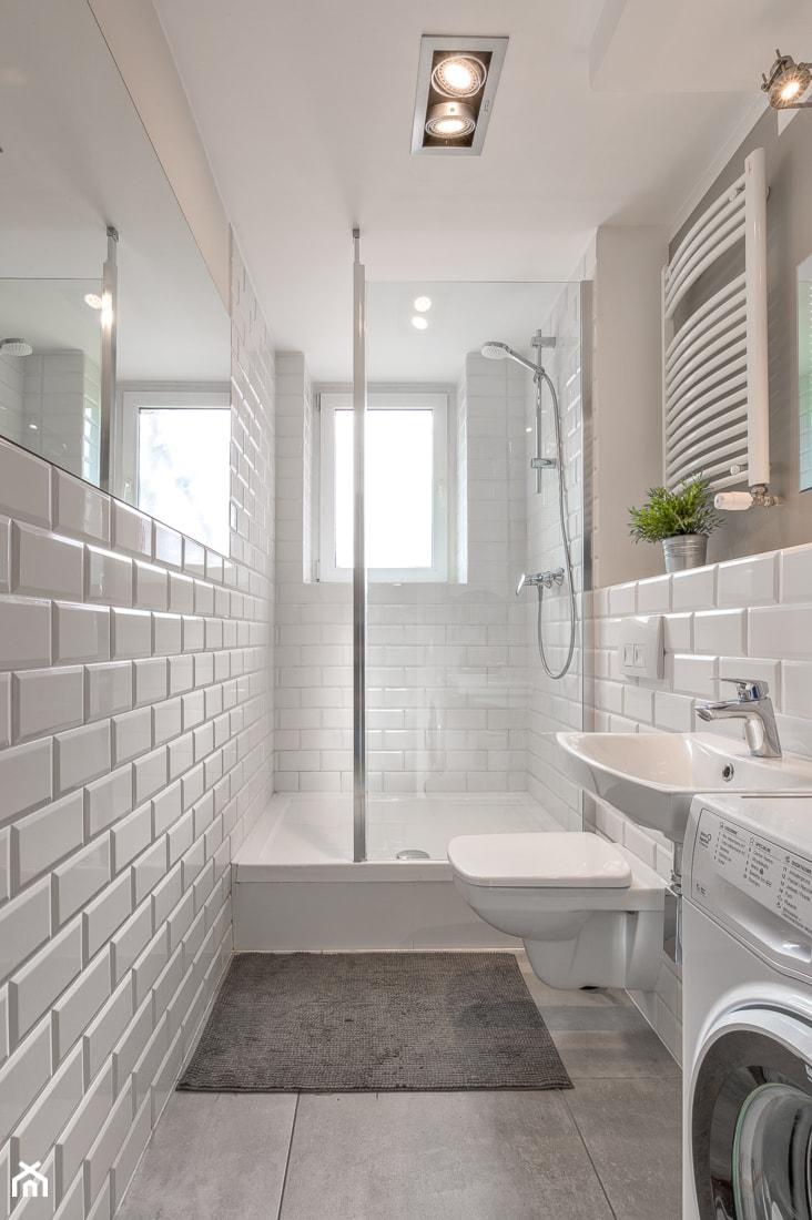 Łazienki - Mała biała szara łazienka w bloku w domu jednorodzinnym z oknem - zdjęcie od Jacek Bernatek