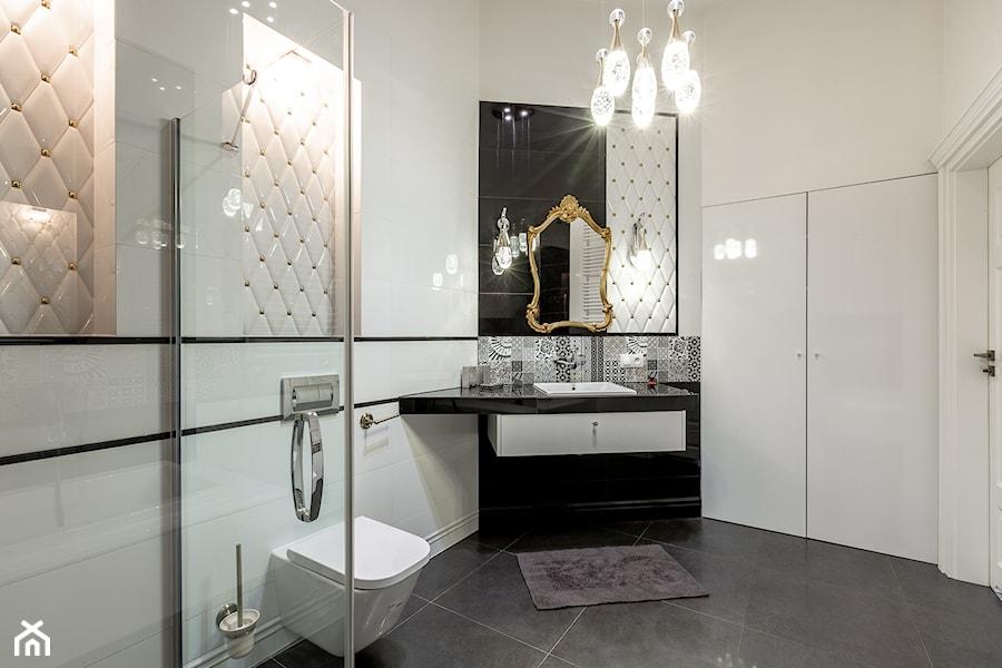 Łazienki - Średnia biała łazienka w bloku w domu jednorodzinnym bez okna, styl glamour - zdjęcie od Jacek Bernatek
