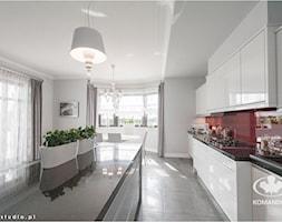 Kuchnia KOMANDOR - Duża otwarta szara kuchnia jednorzędowa z wyspą z oknem, styl nowoczesny - zdjęcie od Komandor - Wnętrza z Charakterem