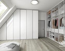 Garderoba KOMANDOR - Duża garderoba z oknem na poddaszu, styl skandynawski - zdjęcie od Komandor - Wnętrza z Charakterem