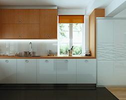 Kuchnia KOMANDOR - Średnia otwarta biała kuchnia w kształcie litery l z oknem - zdjęcie od Komandor - Wnętrza z Charakterem