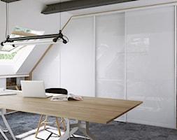 Biuro - Średnie białe biuro kącik do pracy na poddaszu, styl industrialny - zdjęcie od Komandor - Wnętrza z Charakterem