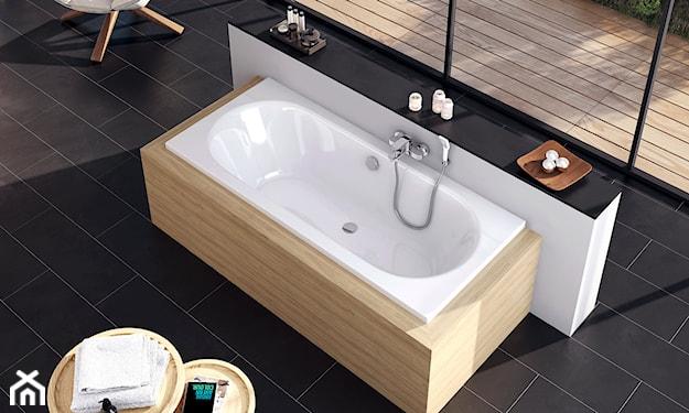 prostokątna wanna obudowana drewnem w nowoczesnej łazience