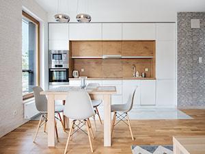 Apartament Gdańsk - Średnia otwarta biała kuchnia jednorzędowa w aneksie z oknem, styl minimalistyczny - zdjęcie od Aleksandra Herrmann