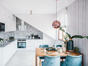 Poddasze w kamienicy - Duża otwarta biała szara kuchnia w kształcie litery l z oknem - zdjęcie od studiodeccor