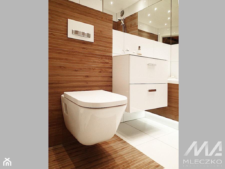 Konkurs - Mała biała brązowa łazienka w bloku bez okna, styl nowoczesny - zdjęcie od MLECZKO ARCHITEKTURA