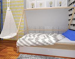 Pastelowy - Pokój nastolatki, pokój nastolatka, pokój dziecka. Wiszący wiklinowy fotel, tapeta na ścianie. Łóżko domek. - zdjęcie od KATARZYNA ROŻEK R-INTERIOR DESIGN projektowanie wnętrz