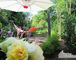Ogród z altaną - Mały ogród za domem z hamakiem, styl nowoczesny - zdjęcie od Ogrodowe Szaleństwo
