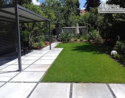 Ogród z altaną - Średni ogród za domem z ogródkiem warzywnym z altaną, styl nowoczesny - zdjęcie od Ogrodowe Szaleństwo