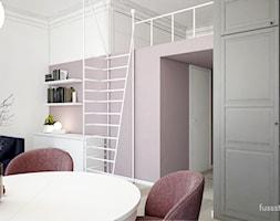 Kawalerka 31,44m2 dla rozważnej i romantycznej - Średnia otwarta biała szara fioletowa jadalnia w salonie, styl nowoczesny - zdjęcie od Fuss Studio