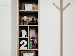 Szafy w pokoju dziecięcym \ biały lakier mat i drewniane wstawki
