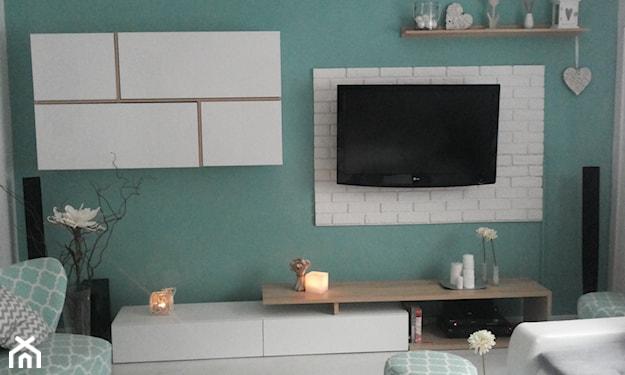 białe meble w salonie i ściany w morskim kolorze